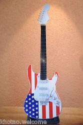 Mini guitare AMERICAN FLAG en bois + support de présentation - DRAPEAU AMERICAIN
